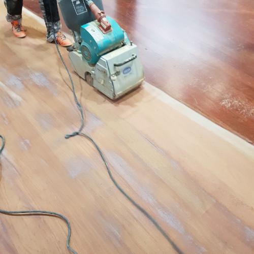 Lijado acuchillado y tintado de suelo de madera